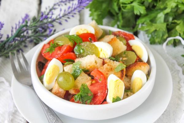 Салат с помидорами, гренками и виноградом
