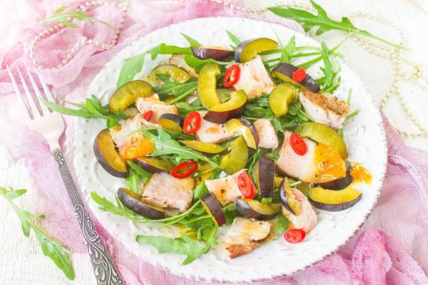 Салат со свининой и сливами