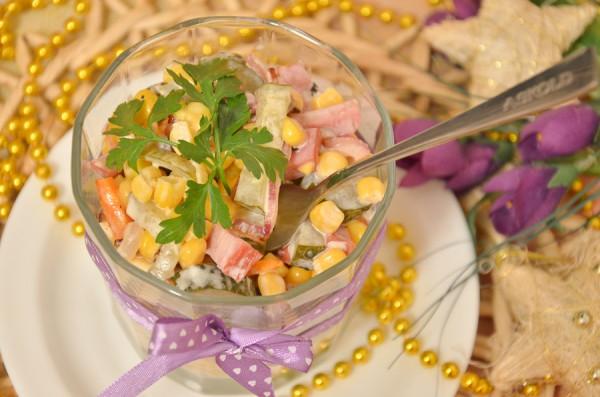 salat-iz-govyadiny-s-marinovannymi-ogurcami-lukom-i-morkovyu