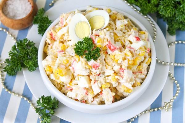 Салат из крабовых палочек с кукурузой, сыром и яйцом