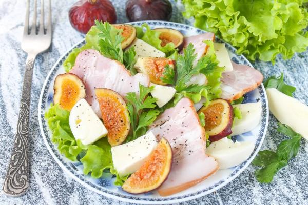 Салат с беконом, моцареллой и инжиром