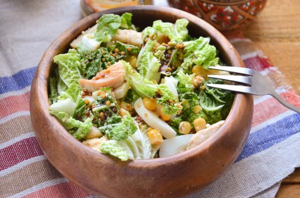 Салат с пекинской капустой, курицей и кукурузой