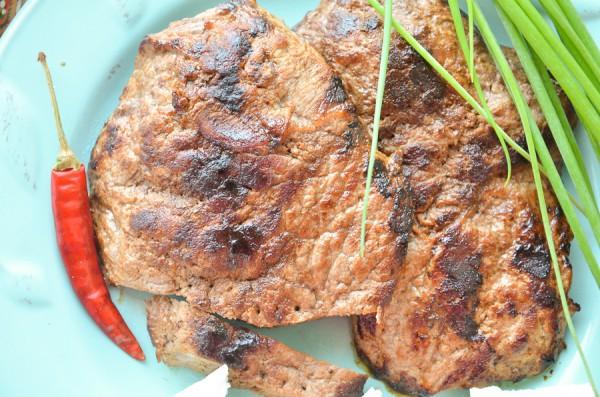 Стейки из говядины на сковороде-гриль