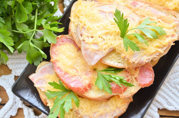 Горячие бутерброды с сыром, колбасой и ветчиной