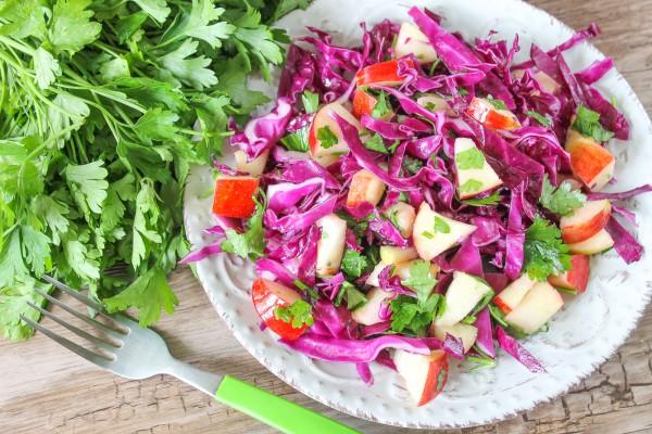 Салат из красной капусты с яблоками