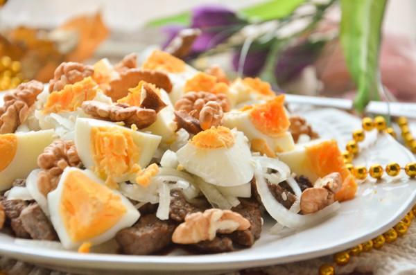 Теплый салат с говядиной и грецкими орехами