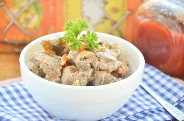 Куриная печень, тушенная в сметане с овощами