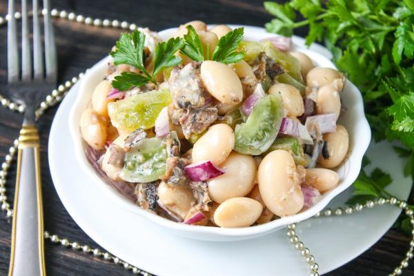 Салат из фасоли, шпрот и зеленых помидоров