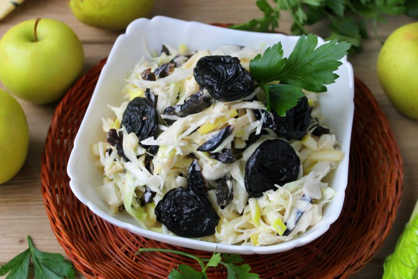 Салат из капусты с черносливом и яблоками