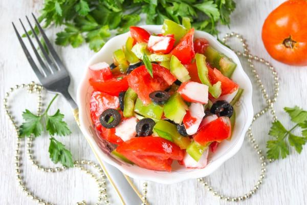 Салат с крабовым мясом, перцем, помидорами и маслинами