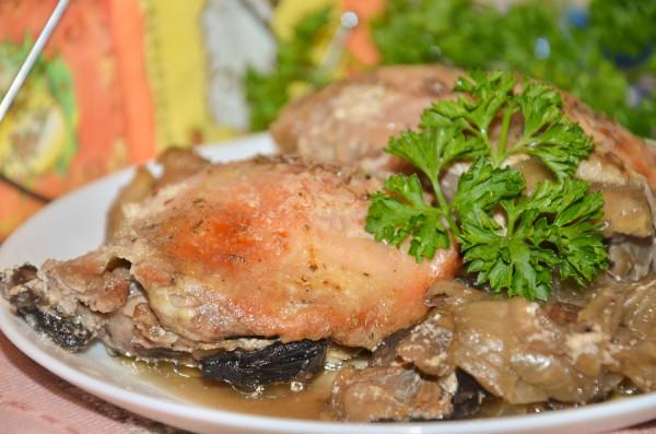 Запеченные куриные бедра с шампиньонами и луком