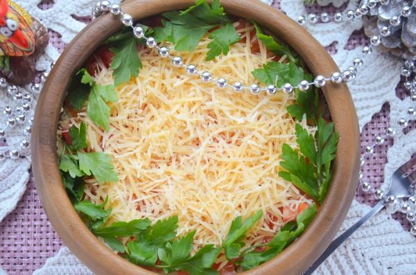 Салат с колбасой, грибами и помидорами