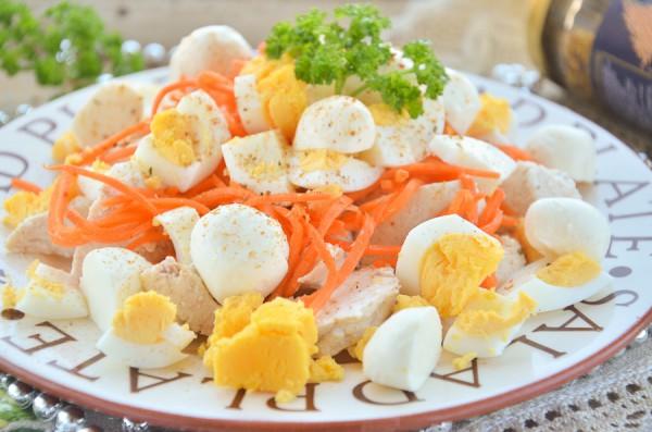 Салат с курицей, корейской морковью и моцареллой