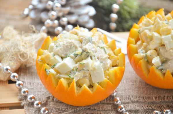 Салат в апельсине с курицей и кукурузой