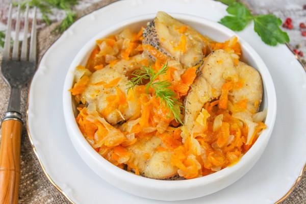 Щука жареная с луком и морковью на сковороде