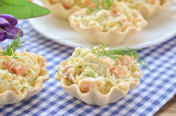 Тарталетки с семгой, яйцом и огурцом