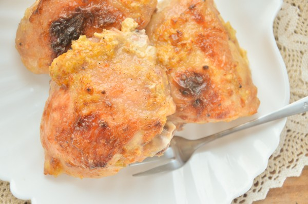 Курица, запеченная с майонезом, чесноком и луком