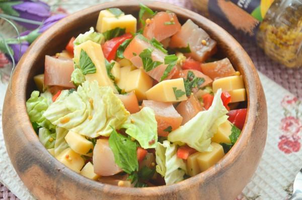 Салат с вяленой курицей, пекинской капустой, перцем и сыром