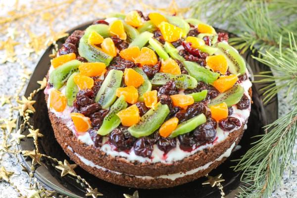 Шоколадный торт со сметанным кремом и фруктами
