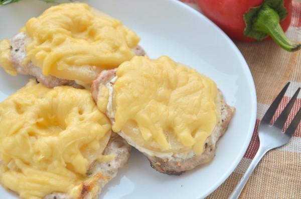 Свиные отбивные с ананасом и сыром в духовке