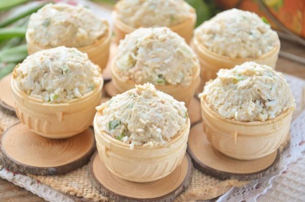 Тарталетки с печенью трески, яйцом и луком