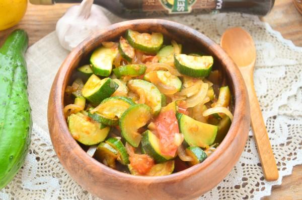 Цукини, тушенные с помидорами и луком