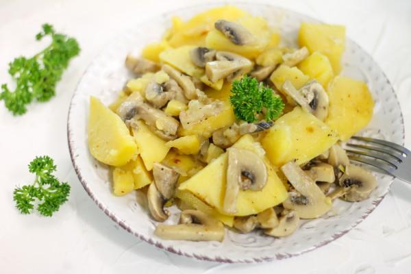 Картофель, тушенный с грибами в мультиварке