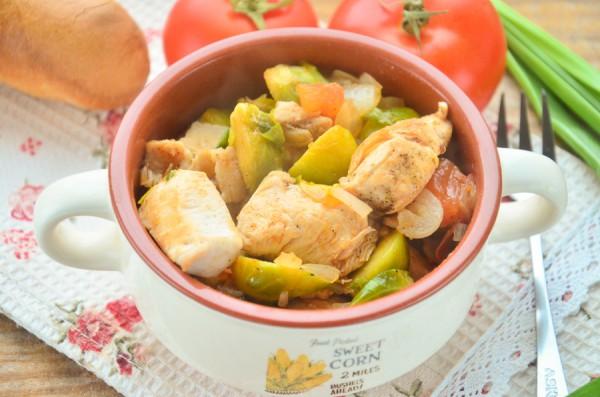 Курица, тушенная с брюссельской капустой
