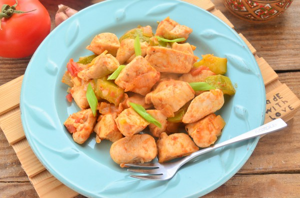 Курица, тушенная с овощами и специями