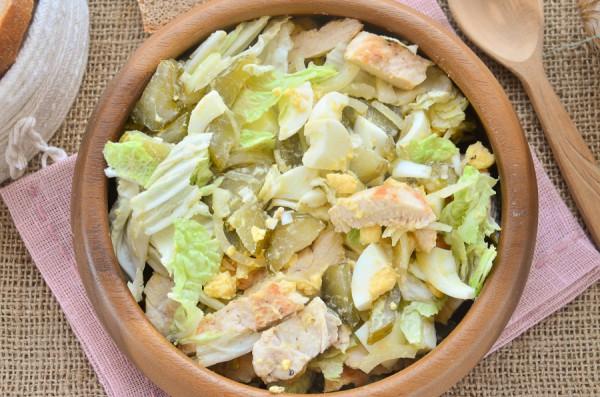 Салат с куриным филе, пекинской капустой, яйцом и маринованными огурцами