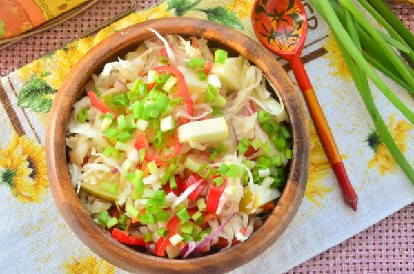 Салат с квашеной капустой, перцем и яблоком
