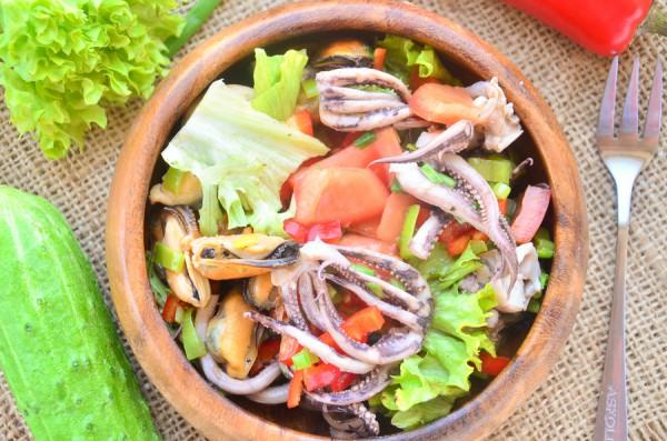 Салат с мидиями, осьминогами и овощами