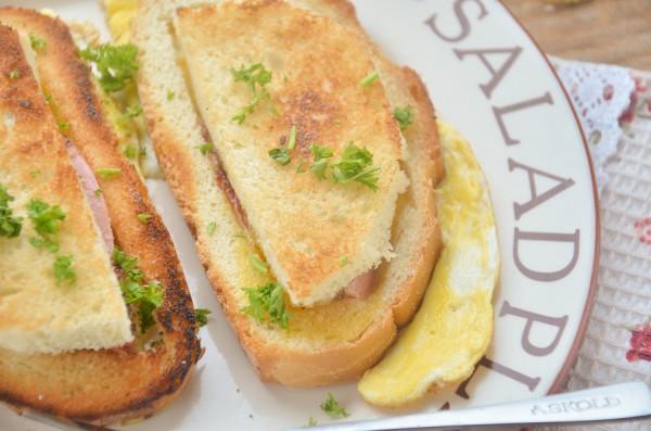 Завтрак из гренок, яиц и колбасы