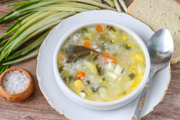 Зеленый суп с щавелем и рисом