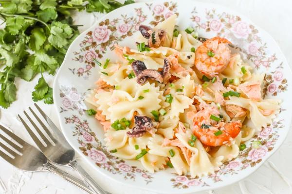 Фарфалле с лососем креветками и осьминогами