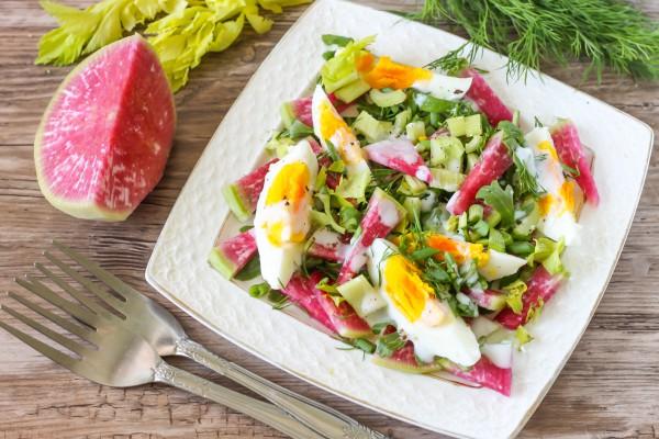 Салат с арбузным редисом, яйцами, рукколой и сельдереем