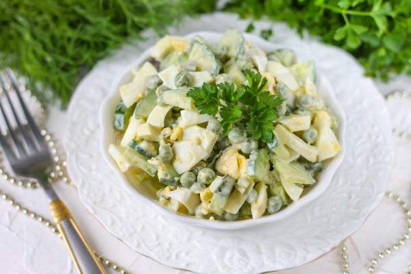 Салат с зеленым горошком, огурцом и яйцом