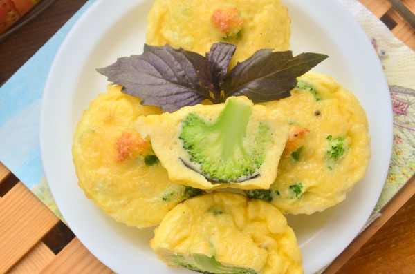 Мини-омлеты с сыром и брокколи в духовке