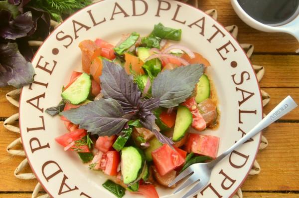 Овощной салат с вяленой грудкой, базиликом и шпинатом