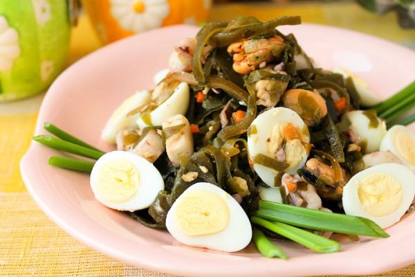 Салат из морской капусты с перепелиными яйцами