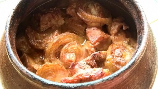 Шашлык из свинины в томатном маринаде в горшочке