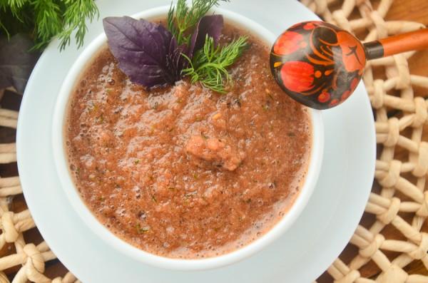 Соус к мясу с помидорами, луком и зеленью
