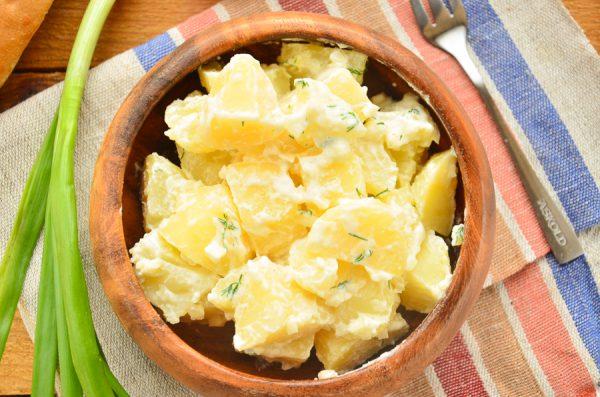 Молодой картофель со сметаной, маслом и чесноком