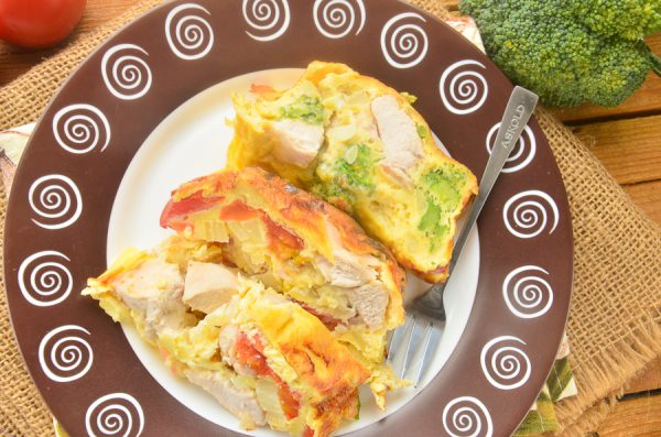 Омлет с курицей, брокколи и помидорами