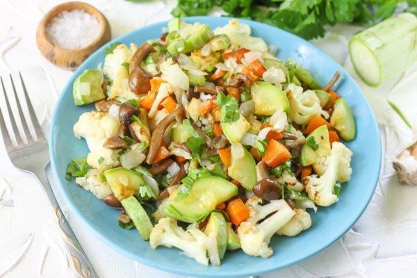 Салат с жареными опятами и овощами