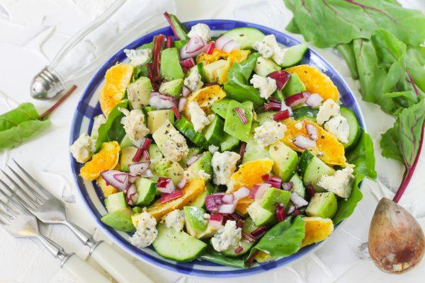Салат со свекольной ботвой, авокадо, апельсином, огурцами и голубым сыром