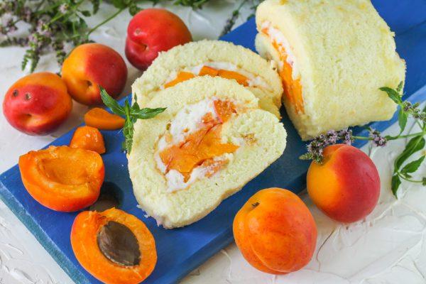 Бисквитный рулет со сметаной и абрикосами