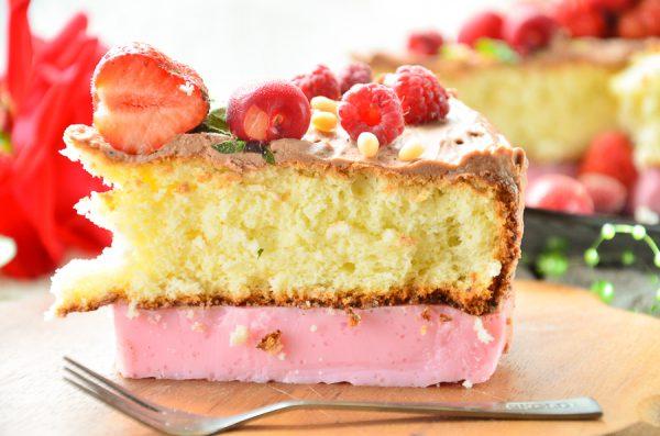 Йогуртовый торт с бисквитом и ягодами