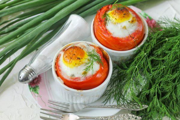 Яичница с тунцом, запеченная в помидорах
