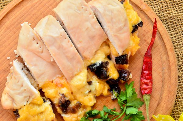 Грудка, фаршированная сыром и черносливом
